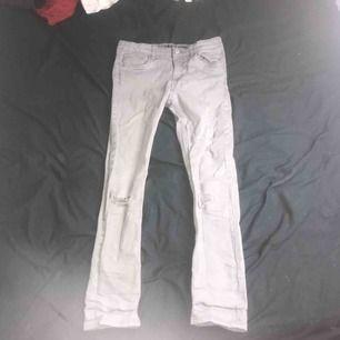 ett par väldigt gamla gråa jeans inte ofta använda, men dem har bara varit här hemma och behöver komma till använding! köparen står för frakten och betalning sker via swish :)