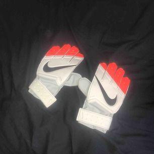 ett par fotbollshandskar som använts någon gång på match ibland. dem kan tvättas av om det så önskas! köparen står för frakt och betalning sker via swish :)