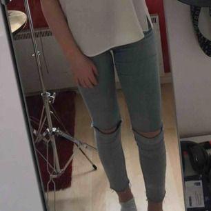 Ljusa jeans med hål vid knäna, de sitter fint och är inte stela som vissa jeans kan vara. Köparen står för frakten