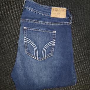 Säljer ett par lågmidjade hollister jeans i fint skick strl 29/31. Knappt använda, köparen står för frakt.