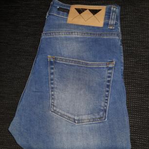 Säljer ett par jeans från Junkyard i strl 27/32. Fint skick och knappt använda. Köparen står för frakt.