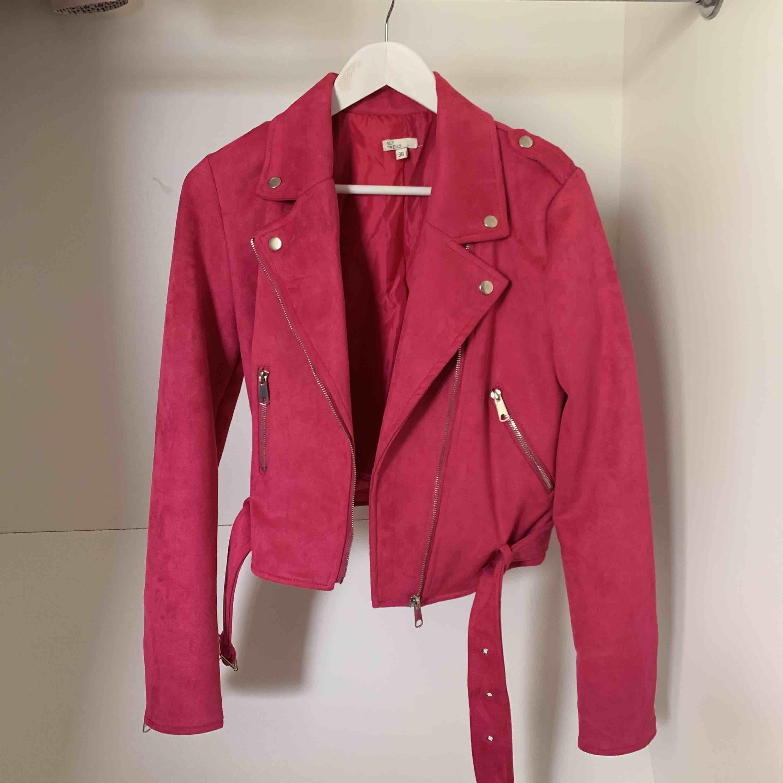 Oanvänd jacka så i nyskick. Stark rosa. . Jackor.