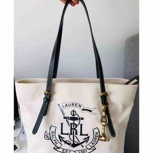 Helt oanvänd Ralph Lauren väska, allting finns med så som tagget och dustbag. Köpt på zalando