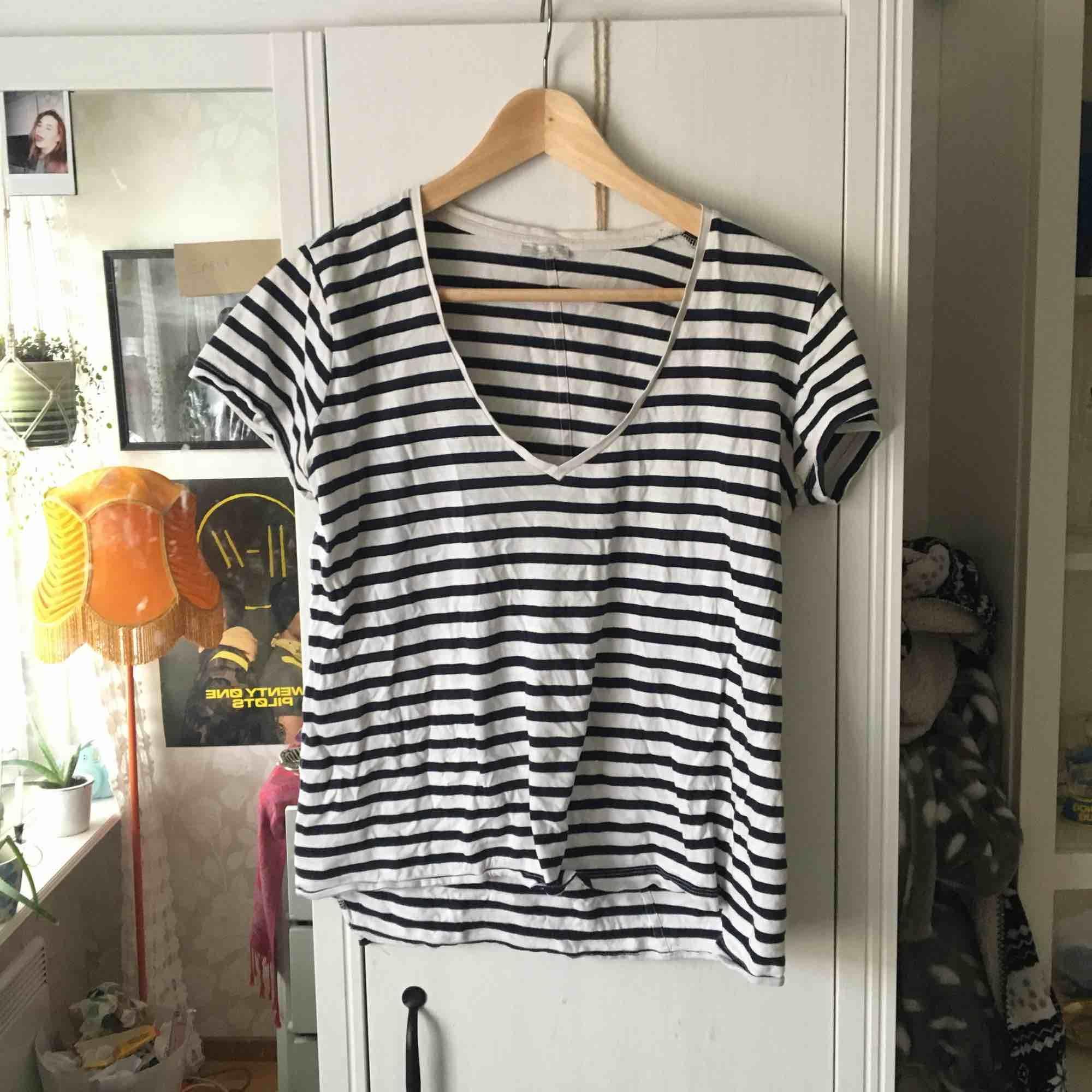 Snygg urringad T-shirt från Zara . T-shirts.
