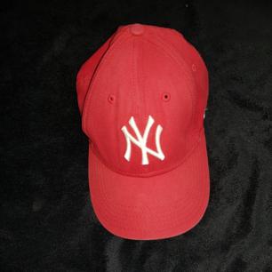 Säljer en keps från New York Yankees. Använd men bra skick. Passar ungdommar. Köparen står för frakten.