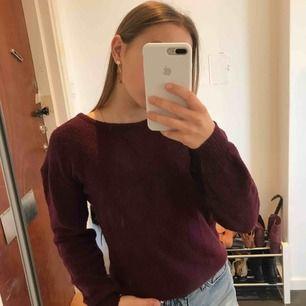 En vinröd/ lila stickad tröja från NA-KD. Nästan aldrig använd då jag har många andra, men sjukt fin. I stl XXS men skulle säga att den passar XS - S. Frakt tillkommer. Betalning sker via swish:))