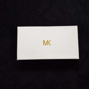 Säljer en AA-kopia på en Michel Kors plånbok. Aldrig använd och bra skick😊 Köparen står för frakten