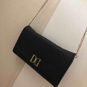 En väska från DonDonna funkar även som plånbok, nyskick.