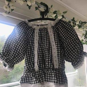 Söt rutig tröja med spets. Hög kvalité, inga hål eller fläckar. Använd 2-3 gånger. Passar S och M.