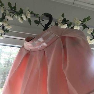 Söt kjol, köpt i Harajuku, Tokyo. Har resår på baksidan och en dragkedja på sidan. Aldrig använd endast provad. Inga hål eller fläckar.