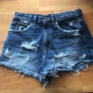 Skiiitsnygga högmidjade shorts från ZARA. Ripped men med supermjukt jeans. Storlek 36 och använda endats ett fåtal gånger. Superbra nu till sommaren. 🏖☀️
