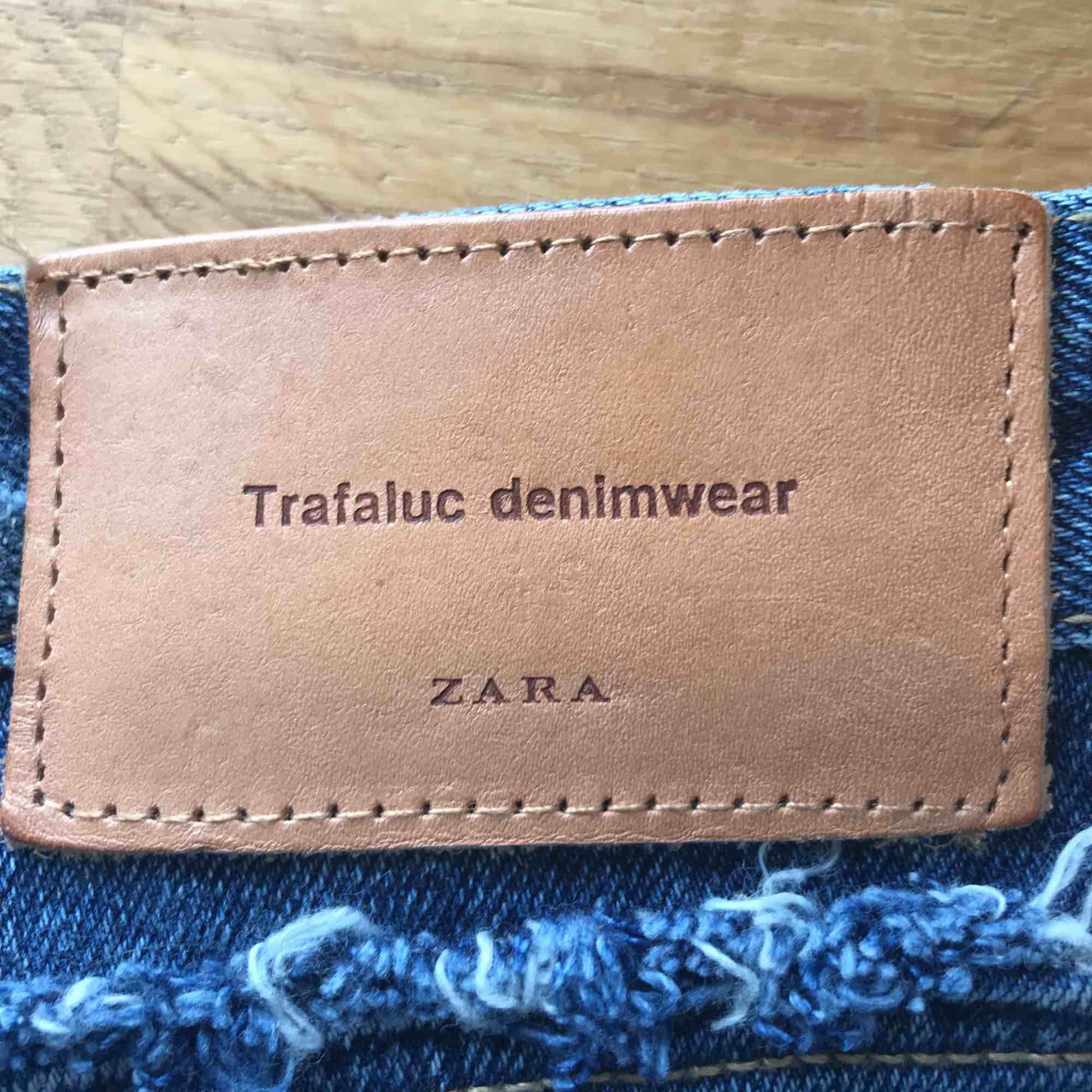 Skiiitsnygga högmidjade shorts från ZARA. Ripped men med supermjukt jeans. Storlek 36 och använda endats ett fåtal gånger. Superbra nu till sommaren. 🏖☀️. Shorts.