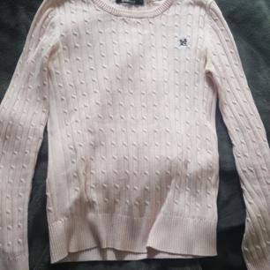Ljusrosa kabelstickad tröja från Gina,lätt missfärgning i armhålorna men syns ej då man har på sig den Vid köp av flera kläder så kan man få billigare paketpris Köparen står för frakten