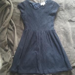 Fin klänning i marinblå spets från kappahl  Vid köp av flera kläder så kan man få billigare paketpris Köparen står för frakten