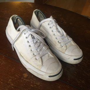Säljer ett par Jack Purcell Converse som tyvärr är förstora. Har inte gått i dem mycket så de är i bra skick. Lite lätt smutsiga kanske men de går att tvätta i maskinen !