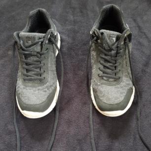 Säljer ett par Fila skor som är typ joggingskor eller bara vanliga skor/sneakers! Dom är jättesköna att springa i eller gå.😊  Köparen står för frakten!😊