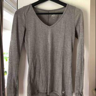 Ljusgrå långärmad tröja från Hollister, använd men ändå i väldigt bra skick! Frakt ligger på cirka 60kr