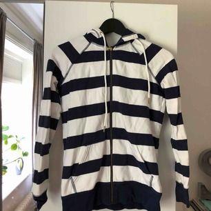 En hoodie ifrån Tommy Hilfiger, använd ett par fåtal gånger men i bra skick!  Frakt kostar cirka 60kr!☺️