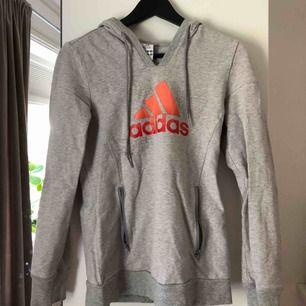 Hoodie från Adidas, använd ett fåtal par gånger därav väldigt bra skick! Frakt kostar cirka 60kr!☺️