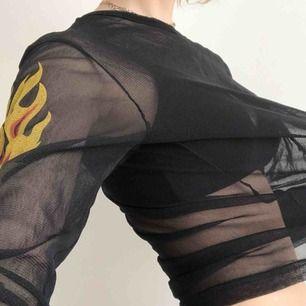 Mesh-tröja med eldtryck i storlek S. 180 inkl. frakt.
