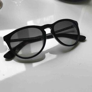 Solbrillor med uv-skydd från ett danskt märke som heter Prego, knappt använda inga repor