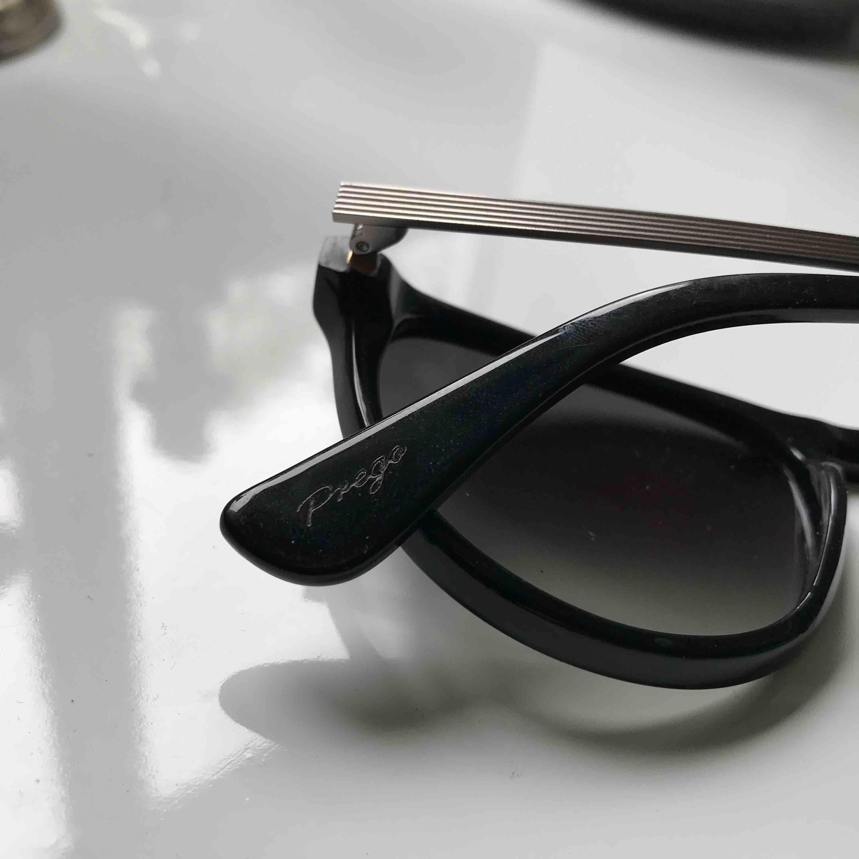 Solbrillor med uv-skydd från ett danskt märke som heter Prego, knappt använda inga repor. Accessoarer.