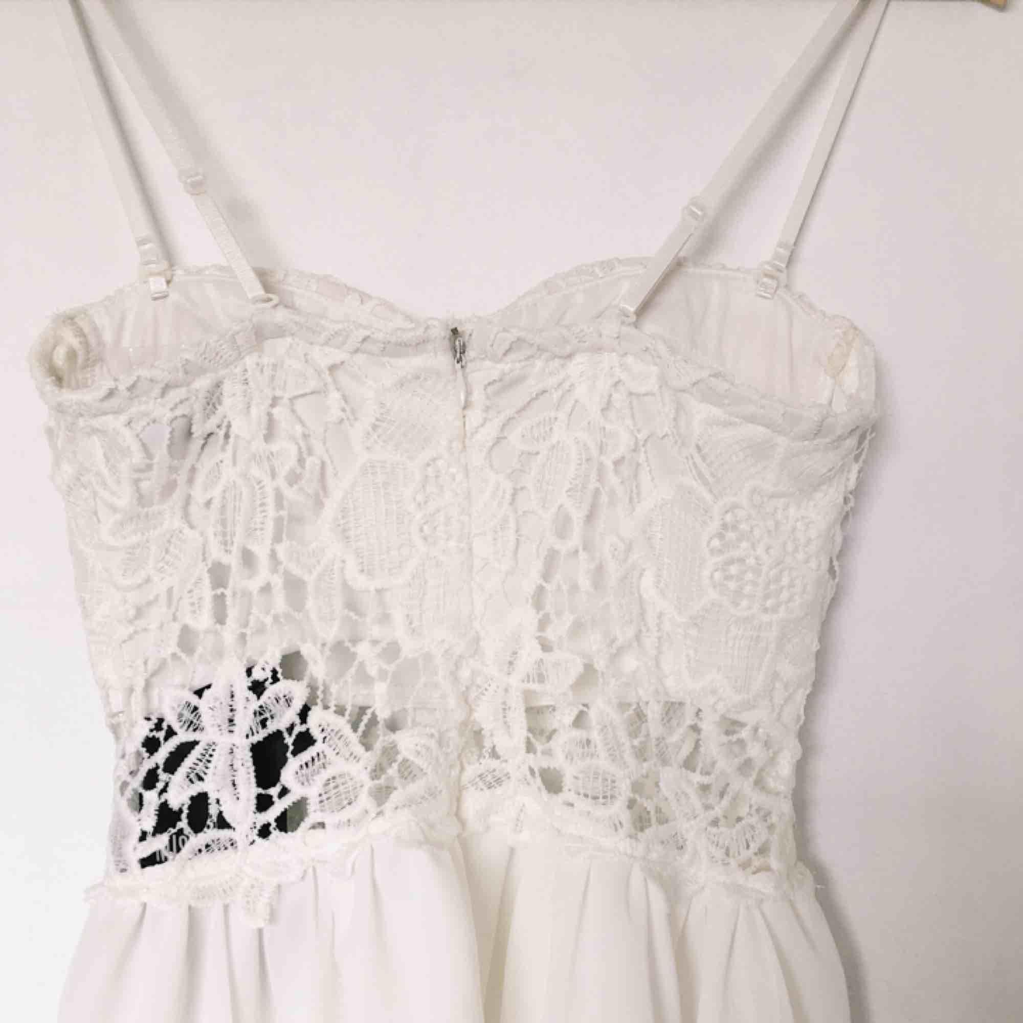 Superfin klänning från missguided som var tänkt till studenten men blev aldrig av. Prislapp sitter kvar och axelbanden går att ta av! . Klänningar.