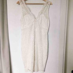 Superfin spetsklänning! Helt oanvänd med prislapp kvar. Köpt för 350kr från början.