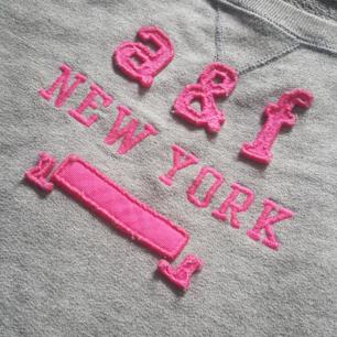 A&F tröja stl DL (barnstl motsvarar XS) croppad modell Vid köp av flera kläder så kan man få billigare paketpris Köparen står för frakten