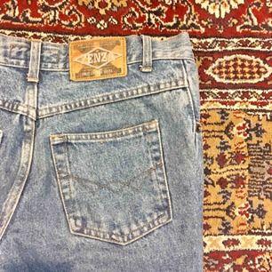 ljusa jeans som jag både klippt och sytt i, (därav det låga priset) och nu växt ur. passar en person i strl xs-s. kan mötas upp i göteborg eller skicka☺️🌻