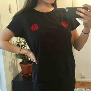 svart tshirt med broderade rosor över bröstet! taggad strl L men skulle säga att den sitter som en m/s. fint skick! kan mötas upp i göteborg eller skicka☺️🌻