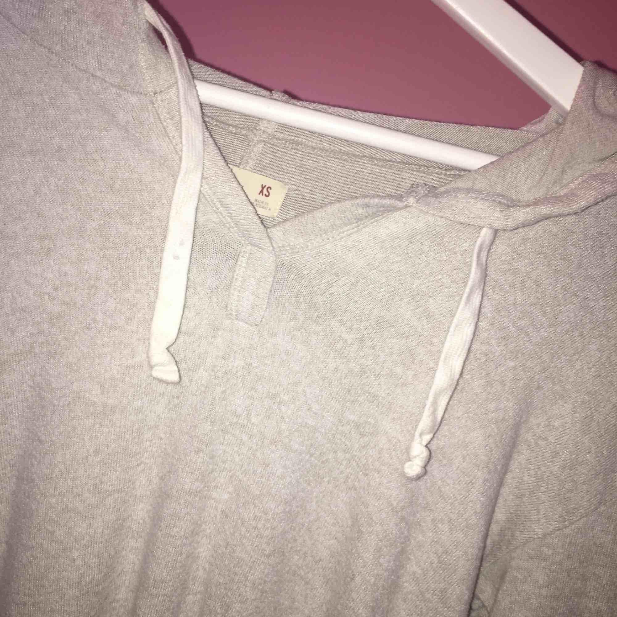 Grö hoodie med vita sträck, använd ett fåtal gånger.. Huvtröjor & Träningströjor.