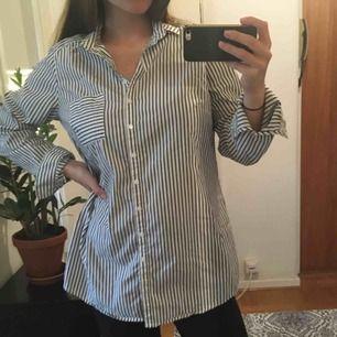 svartvitrandig oversize skjorta som kan användas som skjortklänning! väldigt fint skick. kan mötas upp i göteborg eller skicka☺️🌻