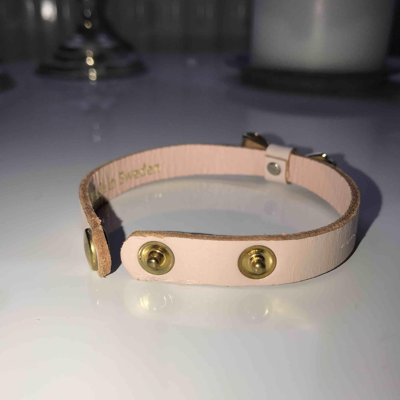 Läderarmband med en guldig rosett, äkta läder, ej äkta guld. Frakt tillkommer (18kr). Accessoarer.