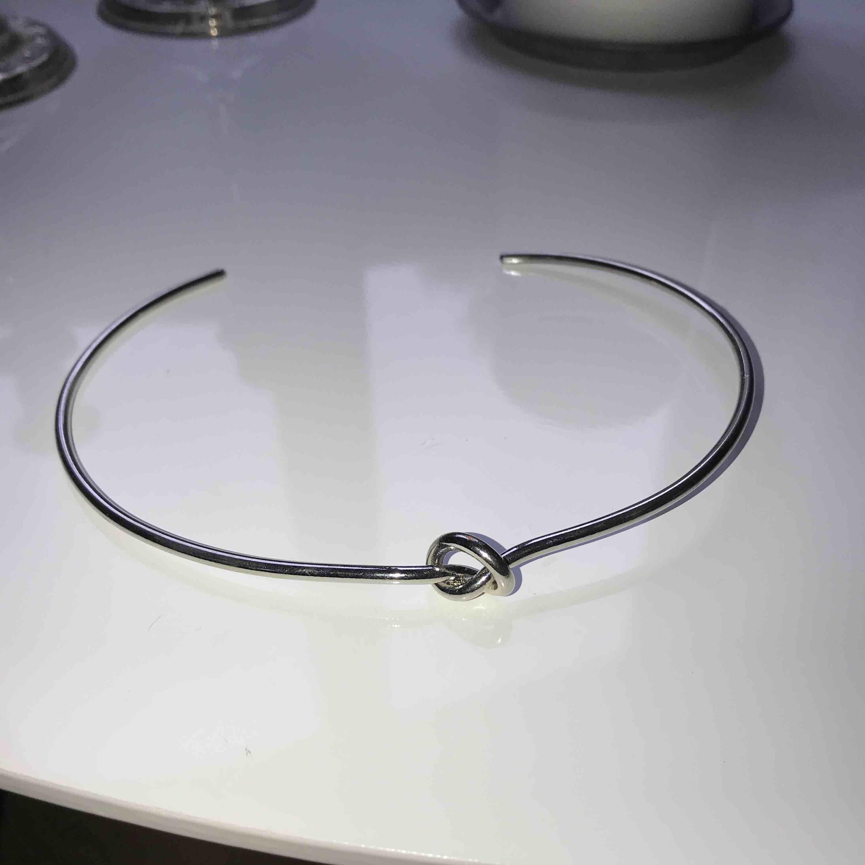 Halsband med knut, frakt tillkommer (18kr) . Accessoarer.