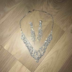 Bling set, örhängen och halsband, själva piggen på örhängena är silver, perfekt till bal! Frakt tillkommer (18kr)