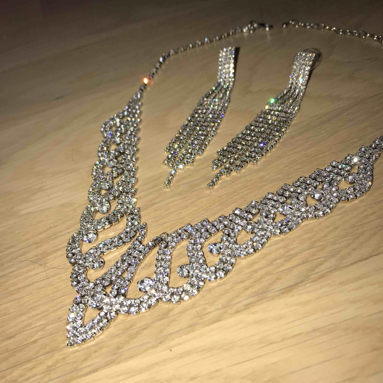 Bling set, örhängen och halsband, själva piggen på örhängena är silver, perfekt till bal! Frakt tillkommer (18kr). Accessoarer.