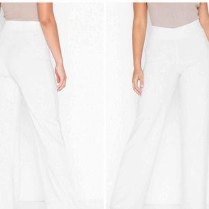 """Säljer dessa vita """"kostymbyxor"""" från Nelly i storlek XS. Använda en gång. Pris: 200kr! Möts upp i Stockholm eller fraktar! 🌸"""