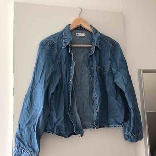 Jeansskjorta från Gina Tricot. Använder aldrig längre.  Swish och fraktar endast. 15 frakt.