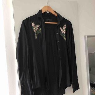 Skjorta från Gina Tricot med patches (liljor). Köptes så och jag har inte satt på de själv.  Swish och fraktar endast. 20kr frakt.