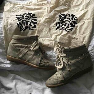 Beiga/krämvita Isabel marant skor i modellen bobby💕 Säljer pga inte riktigt min stil:/  Dustbags medföljer Bilden ger inte rättvis färg! Kan fraktas, köparen står för frakten GRÖNA FLÄCKEN PÅ VÄNSTERSKON ÄR MIN KAMERA!