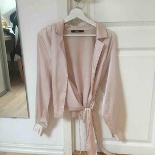 """En superfin blazer i rosa/nude färg med """"silkes""""material. Tyvärr endast kommit till användning två gånger."""
