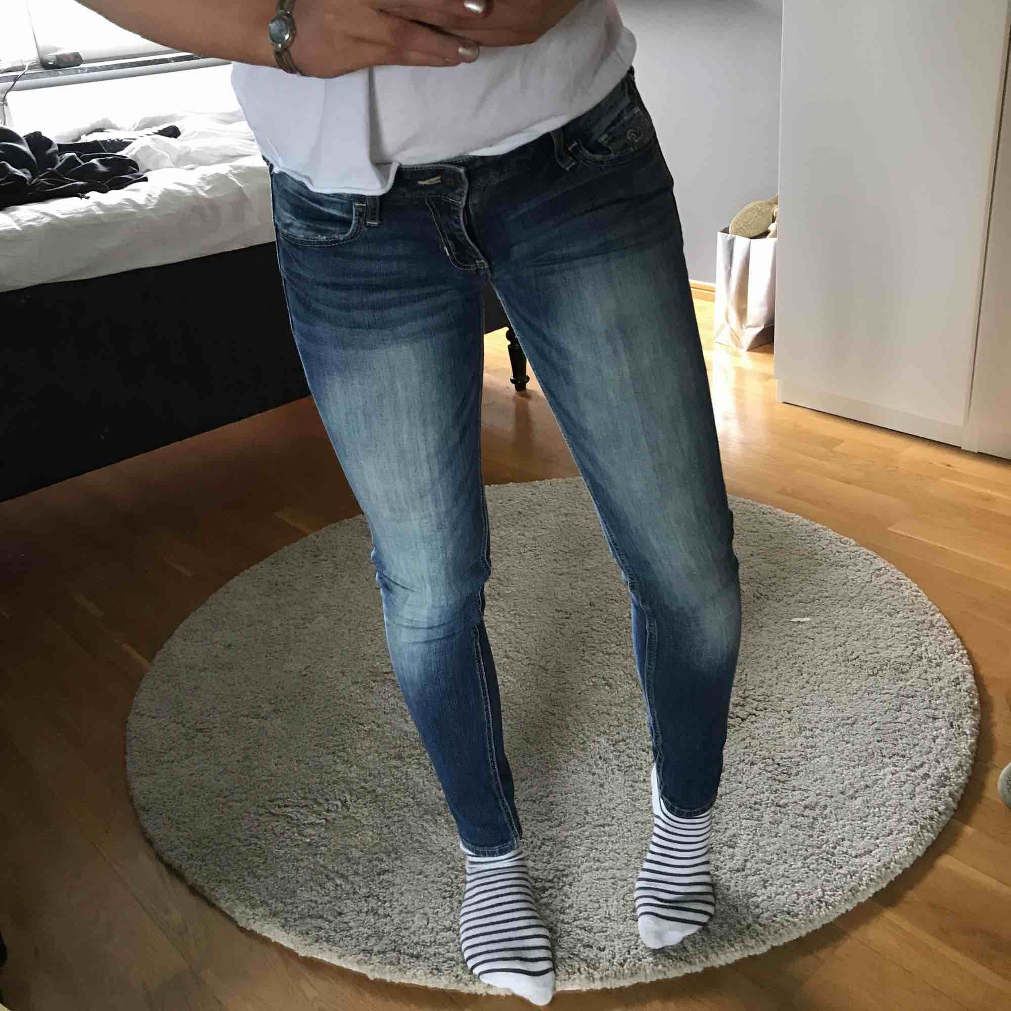 Snyggaste jeansen ifrån hollister! Passar en xxs-xs utmärkt💕 kan frakta, köparen står för frakten. Jeans & Byxor.