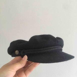 Hatt från brixton i ull, marinblå. Mycket gott skick, endast använd fåtal gånger. Nypris 499kr. Frakt tillkommer.