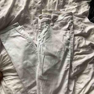 Basic vita jeans ifrån abercrombie & fitch! Knappt andvända, passar xs-s. Kan frakta, köparen står för frakten!