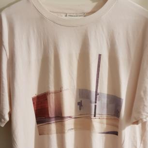 T-shirt från These Glory Days. Väldigt enkel och ljus. Skön på sommaren och den dova ljusa färgen märks tydligt när det är ljusare ute.