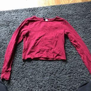 Vinröd tröja. Sitter mer som en S/XS