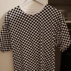 Väldigt enkel och skön tröja från supreme i samarbete med hanes. Checkerboard mönstret är exklusivt och kommer inte tillbaka någonsin. XL men sitter större. Köpt i två-pack för totalt 700kr när de släpptes. Näst intill oanvänd.