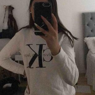 Jätteskön och fin Calvin Klein sweatshirt. Knappt använd och köptes för 999 kr.