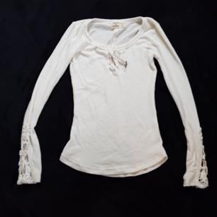 Säljer en tröja från Hollister i strl XS. Den är helvit. Köparen står för frakten😊